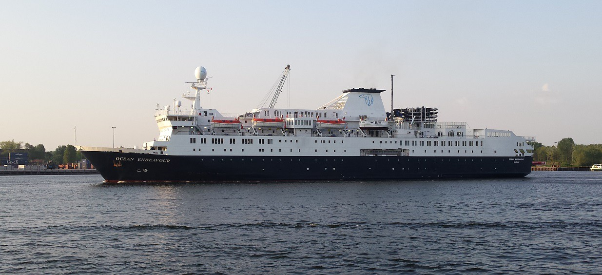 Cruiseschip Ocean Endeavour in Velsen-Zuid
